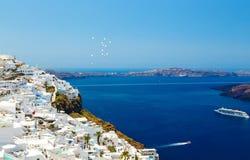 对海和火山的看法从圣托里尼海岛的Fira首都在希腊 免版税库存图片