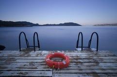 对海和Lifebuoy的步 免版税库存照片