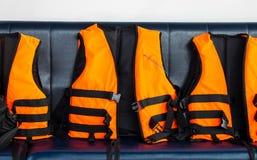 对海安全的旅行 小组在蓝色位子的橙色救生背心在游人的速度小船能使用,当潜航在海洋时 库存照片