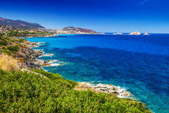对海岸线的美丽的景色在Lile鲁塞,可西嘉岛,法国附近 免版税库存照片
