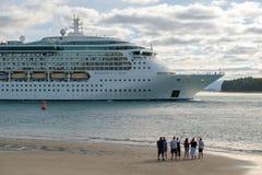 对海海洋巡航划线员的发光的人挥动的告别 免版税库存图片