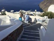 对海滨人行道手段的步行在圣托里尼 希腊 免版税库存照片