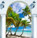 对海滩加勒比多米尼加共和国的repu的木门户开放主义的曲拱出口 免版税库存图片