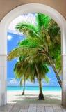 对海滩加勒比多米尼加共和国的repu的木门户开放主义的曲拱出口 免版税图库摄影