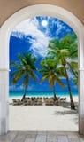 对海滩加勒比多米尼加共和国的repu的木门户开放主义的曲拱出口 免版税库存照片