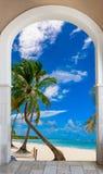 对海滩加勒比多米尼加共和国的repu的木门户开放主义的曲拱出口 库存图片