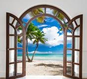 对海滩的木门户开放主义的曲拱出口 库存图片