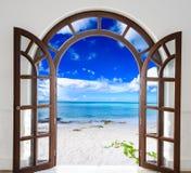 对海滩的木门户开放主义的曲拱出口 免版税库存图片