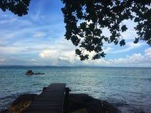 对海视图的木桥 热带背景的海岛 库存图片