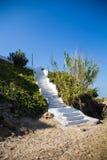 对海滩的传统希腊楼梯 库存图片