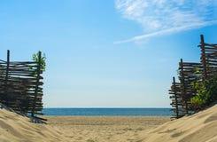 对海滩的入口在沙丘 免版税库存图片