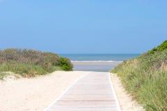 对海滩的木走道 免版税图库摄影