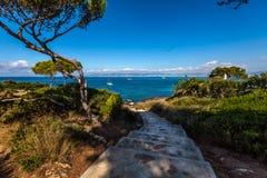 对海滩的楼梯 免版税库存图片