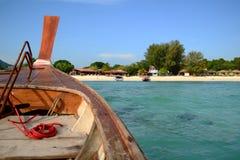 对海滩的泰国传统木小船头在海岛上 库存照片