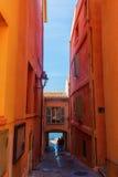 对海滩的狭窄的胡同在圣特罗佩,南法国 免版税图库摄影