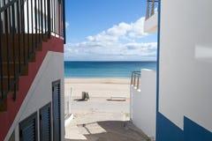 对海滩的街道在Salema (阿尔加威,葡萄牙) 库存图片