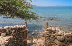 对海滩的门在八打雁省菲律宾 免版税图库摄影