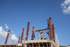 对混凝土桩模子的工作者倾吐的水泥房子建筑的 库存图片