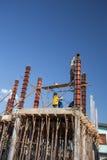 对混凝土桩模子的工作者倾吐的水泥房子construc的 库存照片