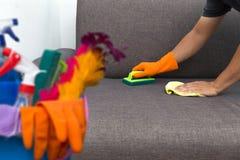 对清洗的服务工作者质量专业做的家c的时间 免版税库存照片