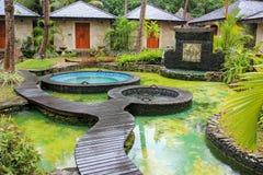 对温泉放松区域的入口热带温泉手段的 库存照片