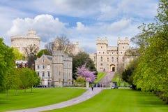对温莎城堡的长的步行胡同在春天,伦敦郊区,英国 免版税库存图片