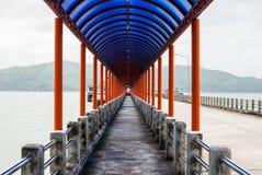 对港口桥梁的步行 免版税库存图片