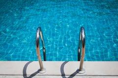对游泳池的台阶 免版税图库摄影