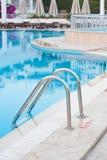 对游泳池的梯子 库存图片