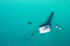 对游艇的惊人的看法在海 寄生虫照片 库存图片