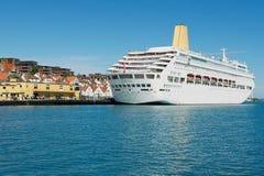 对游轮的看法在斯塔万格,挪威港口  库存图片