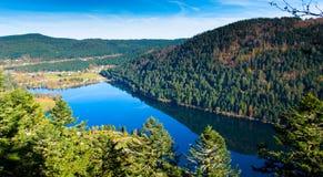 对湖` Lac de Longemer `的全景视图 免版税库存图片