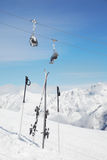 对滑雪和杆停留在雪外面 免版税图库摄影