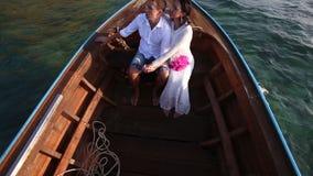 对漂浮在小船的新娘和新郎的上部看法在日出 影视素材