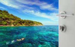 对潜航在热带清楚的海的游人的被打开的白色门 免版税库存照片