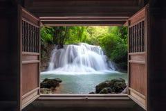 对瀑布打开老木门 库存照片