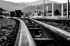 对火车站的铁路 免版税库存照片