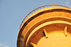 对灯塔的日落冲击 库存图片