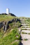 对灯塔的步在Llanddwyn海岛上 免版税图库摄影