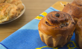对点心 家庭焙制的物品-松饼用在蓝色餐巾的葡萄干 免版税库存照片