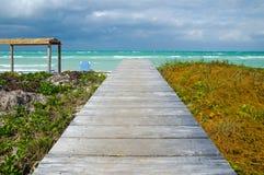 对热带海滩的人行桥 免版税库存图片