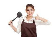 对煎锅锹的亚洲美好的女孩点  免版税库存照片