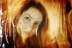 对照片女孩面孔的被抓的肮脏的作用在肮脏的玻璃后 库存照片