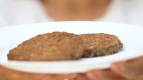 对照相机、不健康的饮食和垃圾食品瘾的妇女陈列肥腻小馅饼 影视素材