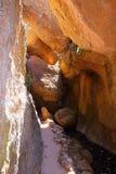 对熊谷洞入口的狭窄的足迹,沿熊小河,石峰国家历史文物,加利福尼亚 图库摄影