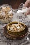对燕麦粥咬嚼的倾吐的牛奶 免版税库存图片