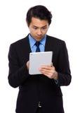 对片剂个人计算机的亚洲商人用途 库存图片
