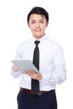 对片剂个人计算机的亚洲商人用途 免版税库存图片