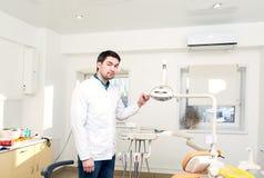 对牙医的办公室的入场 免版税库存照片