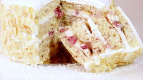 对牛奶店奶油和樱桃的蛋糕 影视素材